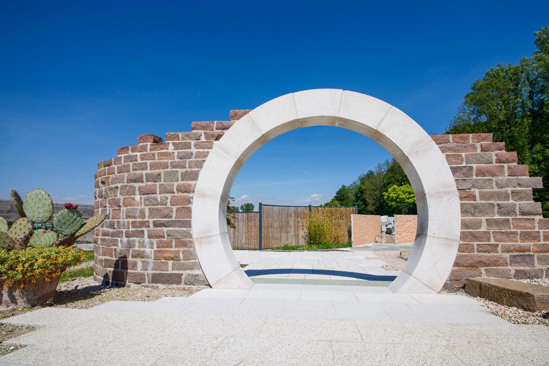 Mauer mit rundem Bogendurchgang